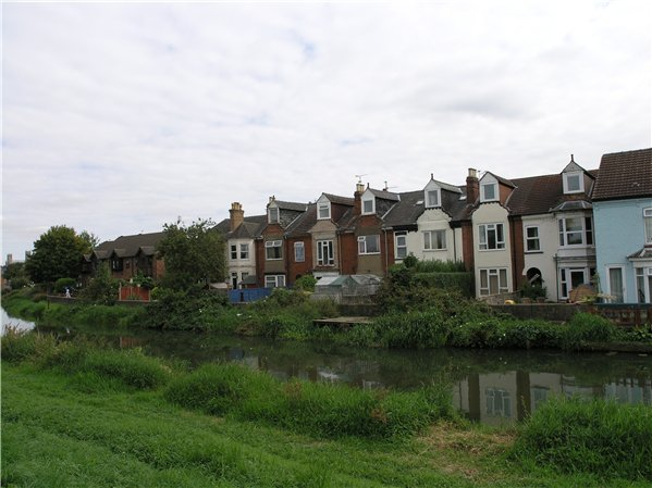 Housing from the Late Victorian/Edwardian period, which address the river and often have features such as bay windows to the rear of the property to take advantage of the views